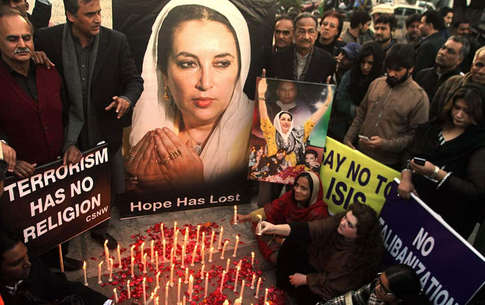 Supporters of Pakistans slain leader Benazir Bhutto take part in a memorial in Lahore, Pakistan.