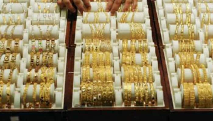 Gold prices retreat by Rs 40 to Rs 26,210 per ten gram
