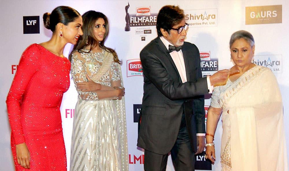 Bollywood actor Amitabh Bachchan with his wife Jaya Bachchan, Deepika Padukone and his daughter Shweta Nanda during the 61st Britannia Filmfare Awards function.