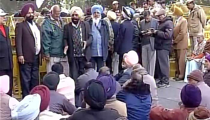 OROP row: Ex-servicemen protest outside Arun Jaitley's residence