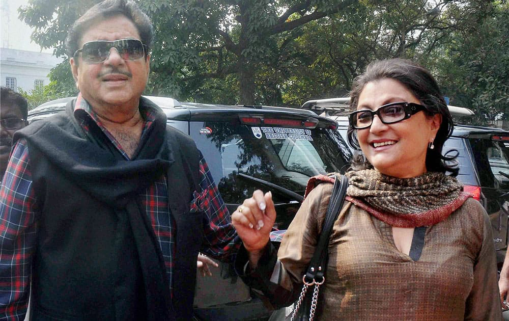 BJP MP and veteran Bollywood actor Shatrughan Sinha shares light moments with actress turned film director Aparna Sen(R) during the concluding day of Apeejay Kolkata Literary Festival-2016, at Town Hall in Kolkata.