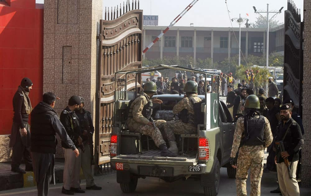 Pakistani troops enter the Bacha Khan University in Charsadda town outside the city of Peshawar, some 35 kilometers outside the city of Peshawar, Pakistan on January 20, 2016.