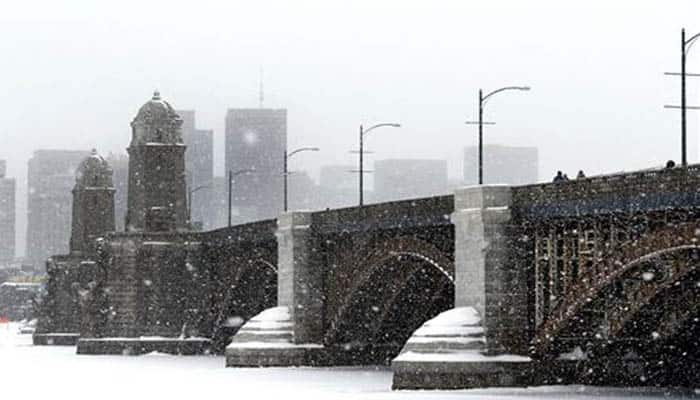 Massive snowstorm sweeps across US East Coast