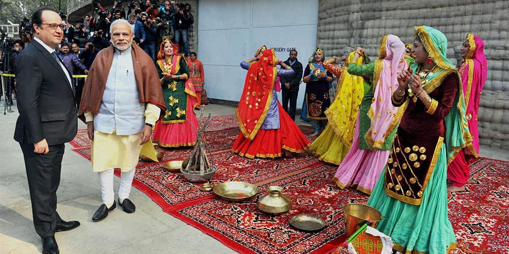 Prime Minister Narendra Modi with the President of France, Francois Hollande being welcomed with traditional dances at Government Museum & Art Gallery in Chandigarh.