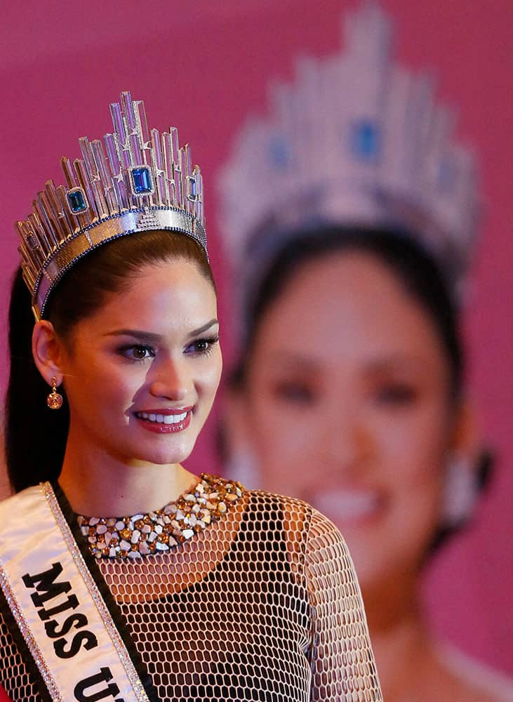 Newly crowned Miss Universe Pia Alonzo Wurtzbach poses for the media following a news conference.