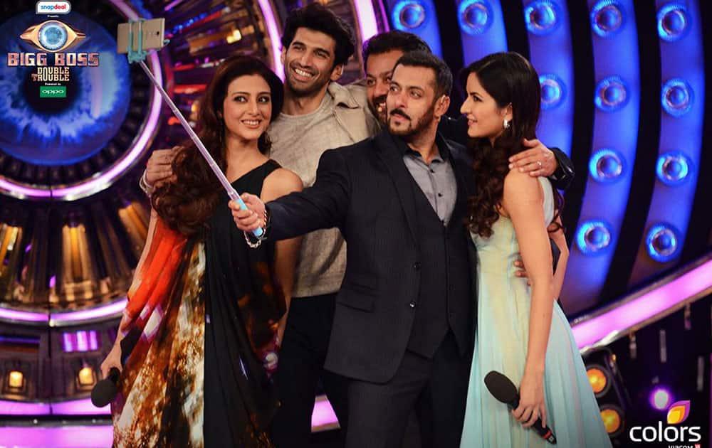 Bigg Boss :- @BeingSalmanKhan has a fun moment with #AdityaRoyKapur, #KatrinaKaif,@Abhishekapoor & #Tabu on #BB9Finale