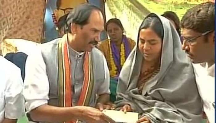 Dalit scholar's suicide: Telangana Congress presents Rs 5 lakh compensation to Rohith Vemula's mother