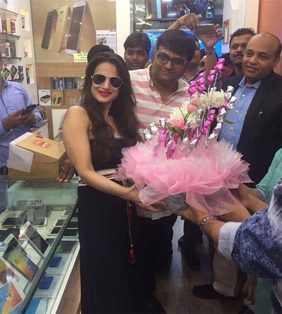 Lovely pink bouquet of chocolates at winner no 2 in matunga Samsung outlet. Twitter@ameesha_patel