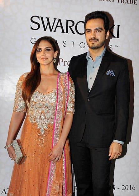 Actress Esha Deol with husband at the 'National Jewellery Awards 2016' Ceremony in Mumbai.