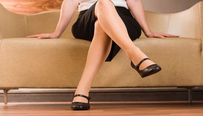 Duduk sambil menyilangkan kaki.
