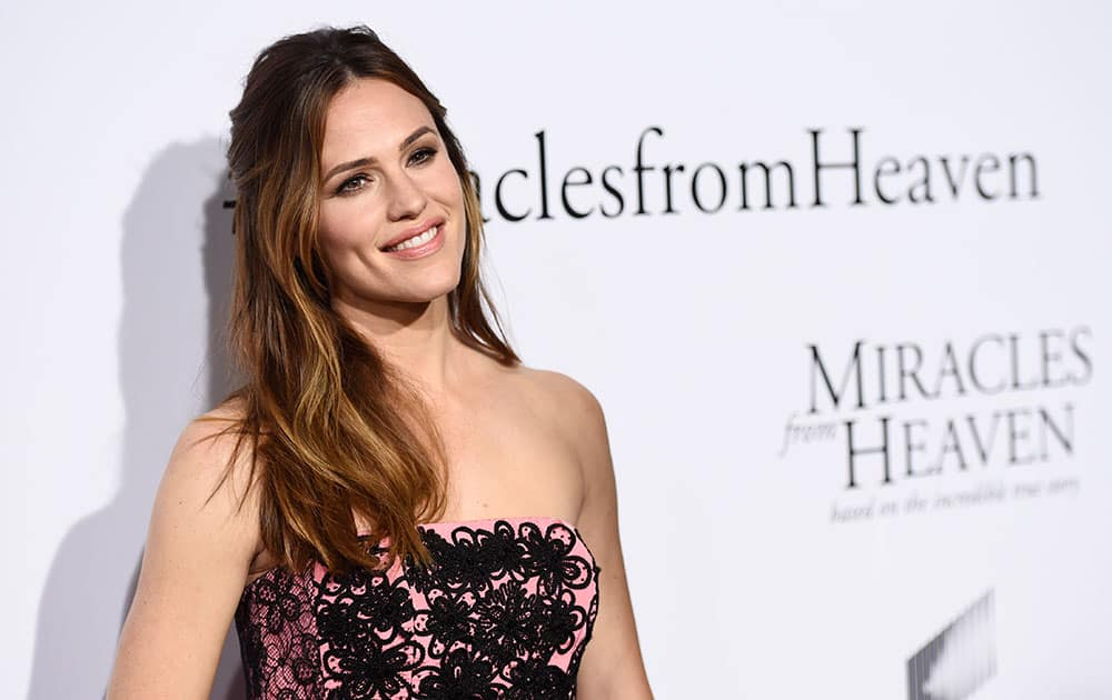 Jennifer Garner, a cast member in 'Miracles from Heaven,' poses at the premiere of the film at the Arclight Hollywood, in Los Angeles.