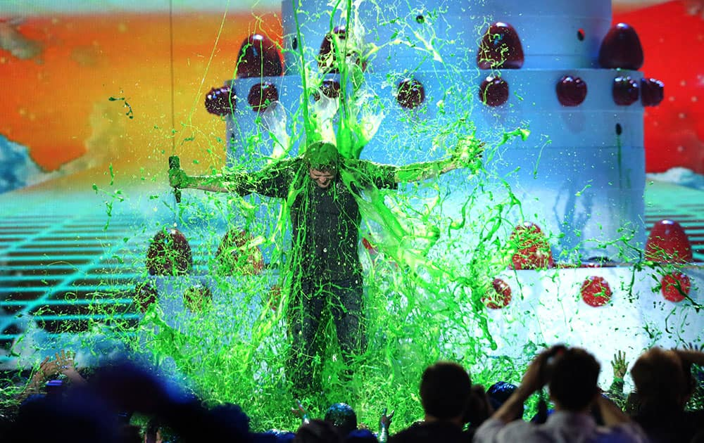 Host Blake Shelton gets slimed at the Kids' Choice Awards at The Forum in Inglewood, Calif.