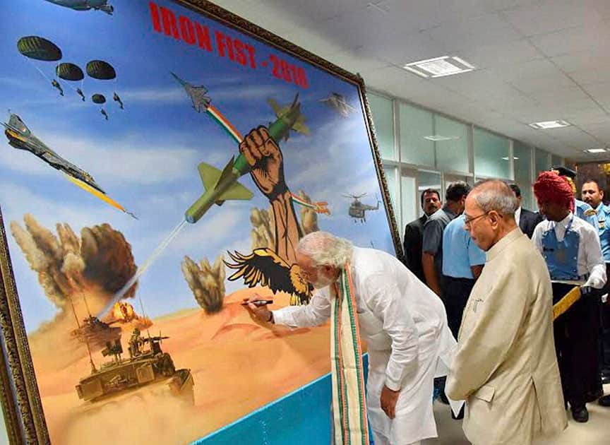 Prime Minister Narendra Modi signing a painting at IAF Fire Power Demonstration IRON FIST 2016, at Pokhran, Rajasthan.