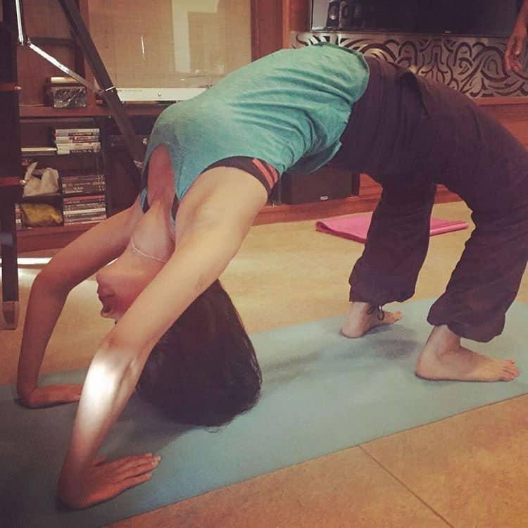 Mallika Sherawat :- No break from yoga even on Holi:)! #yogabymallika #backbend #yogaeverydamnday #yoga #fitness… -instagram