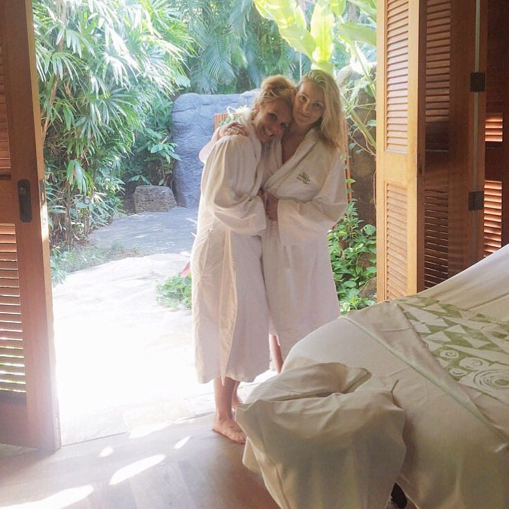 Britney Spears :- Best spa day with the best little sister  -twitter