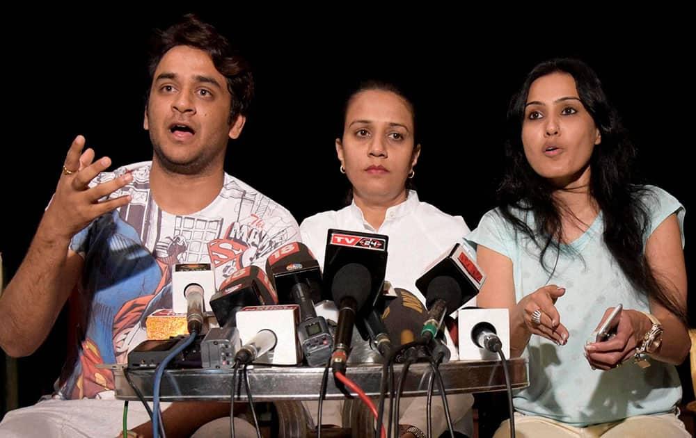 Actors Vikas Gupta and Kamya Panjabi (R) during a press conference related to Pratyushas death mistry at Andheri West in Mumbai.