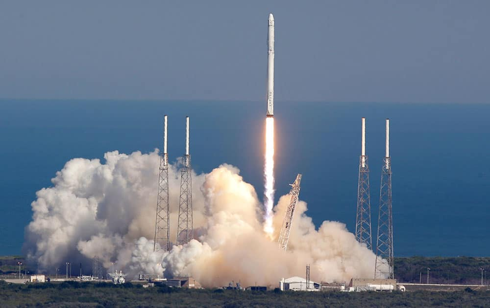 The SpaceX Falcon 9 rocket lifts off from launch complex 40 at the Kennedy Space Center in Cape Canaveral, Fla.