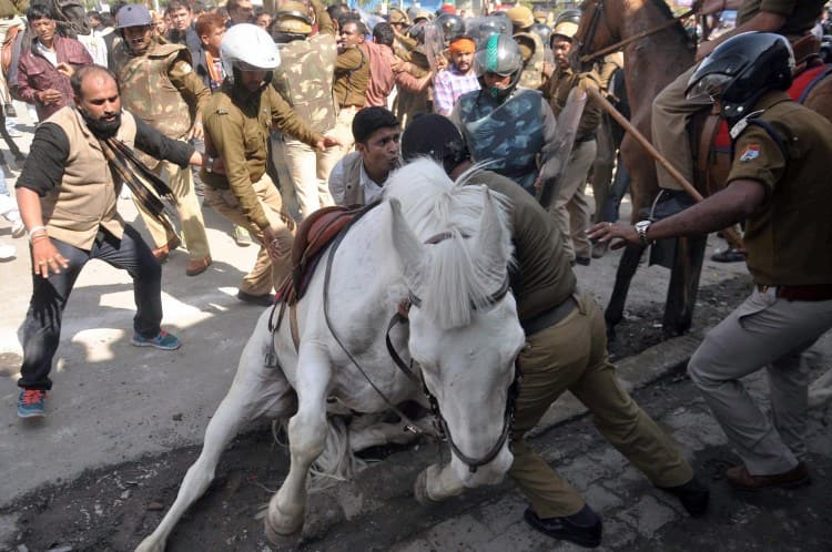 RIP Shaktiman: Video of incident that led to the brave police horse's death - WATCH