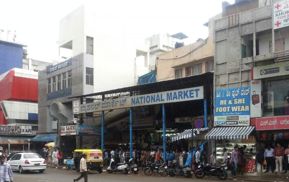 National market Bangluru: The hub of grey market in the city for clothes, accessories and tech goods like phones, handy cams, tablets and MP3 players. Buyers are encouraged to visit, as a clever bargain results in buying at throwaway prices.