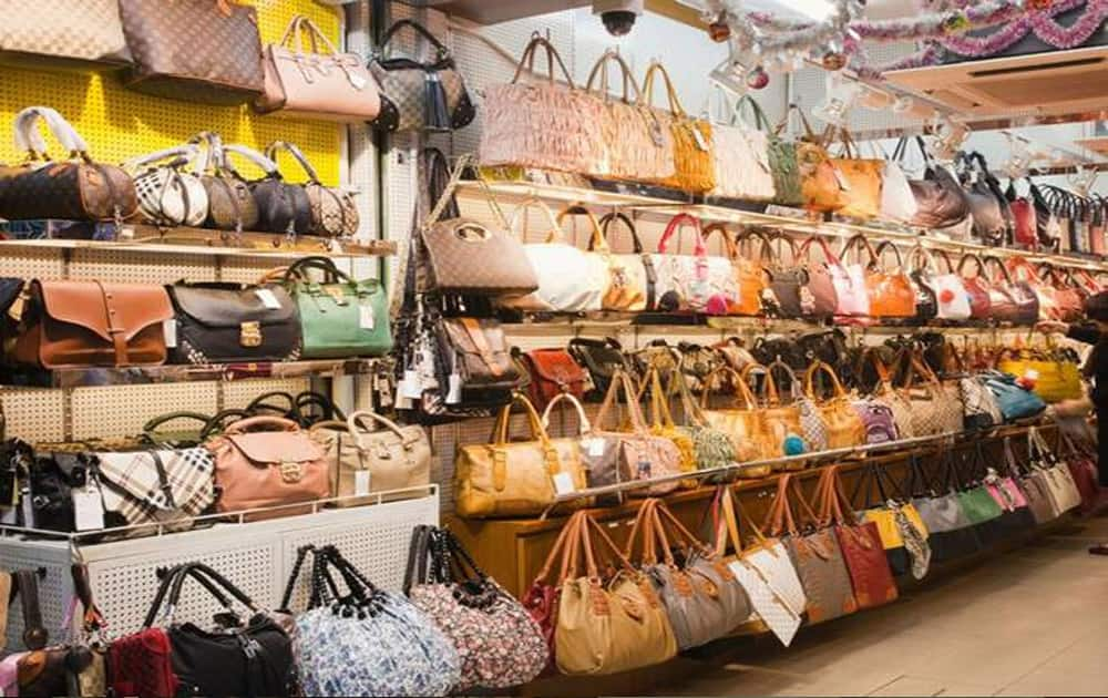 Heera Panna market, Mumbai: Worli-based market is famous for items like jewellery, perfumes, cosmetics, watches, cell phones, cordless telephones, bags and mobile gadgets. Many people looking for replicas particulary in watches, perfumes, electronics, visit Heera Panna market.