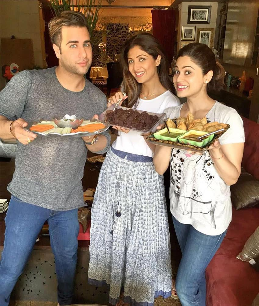 SHILPA SHETTY KUNDRA ‏@TheShilpaShetty  :- sunday binge day, so decided to bake ( myself) and fry dark chocolate fudge with caramel and wholewheat and semolina Samosas#lovefood #foodchoices #lovecookingformyfamily #calories #love #sundaybingeday -instagram