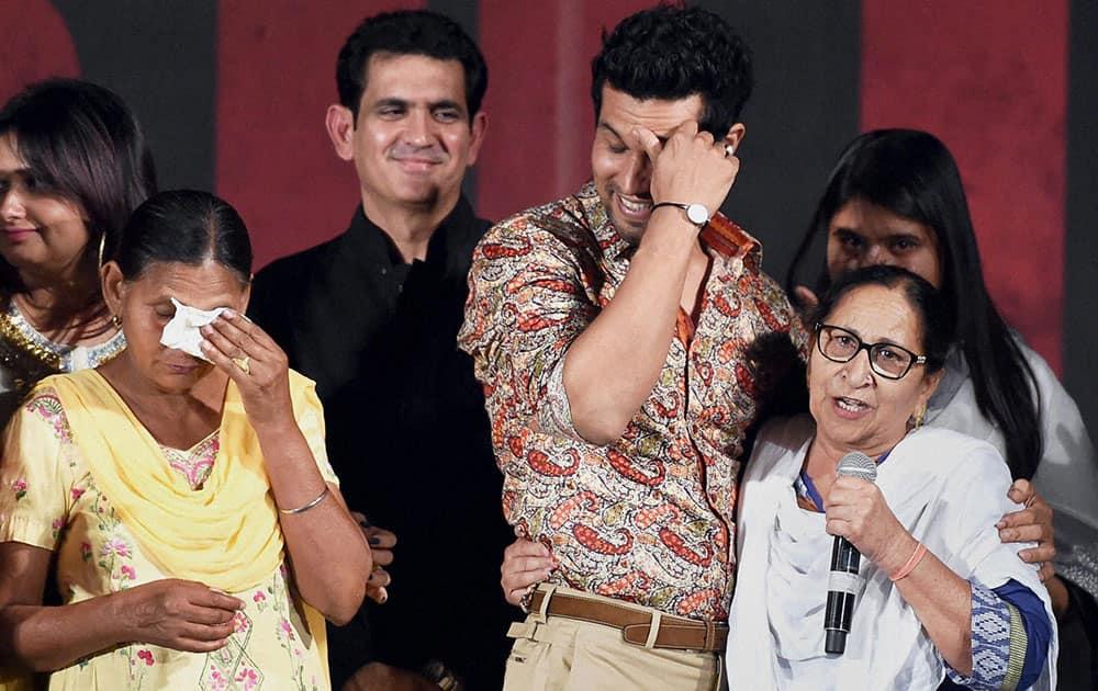 Sarabjit Singhs wife Sukhpreet Kaur (2nd L), Director Omang Kumar (3rd L), actor Randeep Huda and Sarabjits sister Dalbir Kaur (R) during a promotional event of the movie Sarbjit in Mumbai.