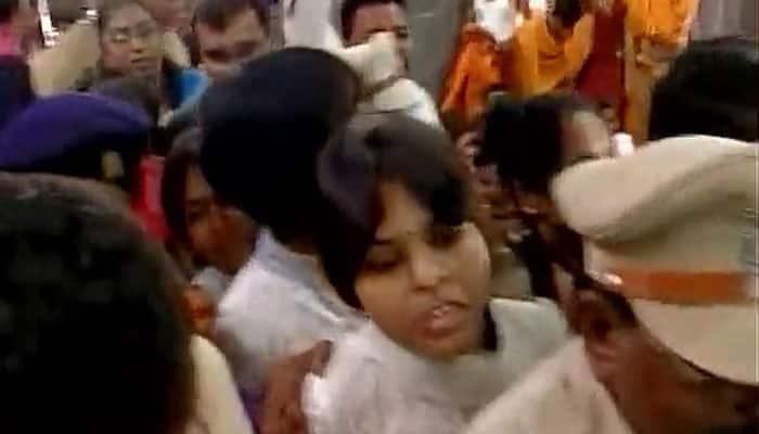 Opposing 'dadagiri' of priests, Trupti Desai, 'Bhumata Brigade' activists enter Kapaleshwar Mandir in Nashik