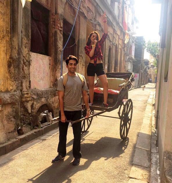 Bindu and Abhimanyu's joyride in the City of Joy!! Hahah. #MeriPyaariBindu @ayushmannk- twitter@ParineetiChopra