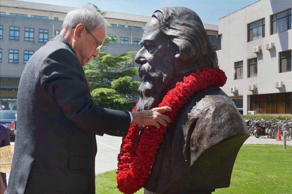 President Pranab Mukherjee garlanding the bust of Tagore at Peking University in Beijing.