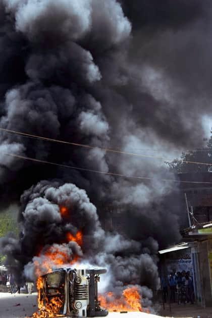 Protesters set on fire the pilot vehicle of former Bihar CM Jitan Ram Manjhis convoy in Gaya.