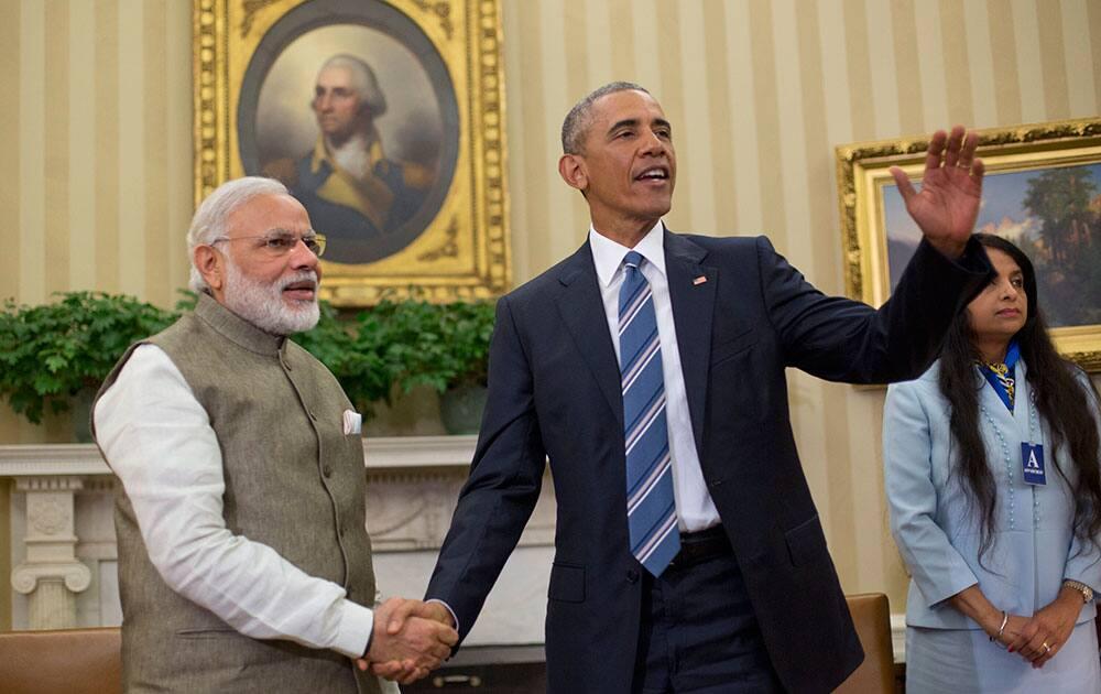 President Barack Obama and Prime Minister India Narendra Modi shake hands in the Oval Office