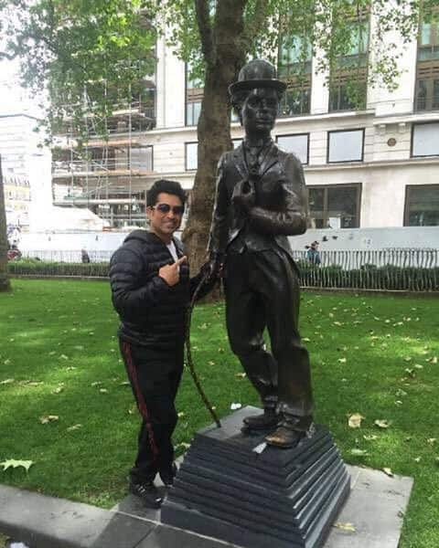Sachin poses with statue of Charlie Chaplin