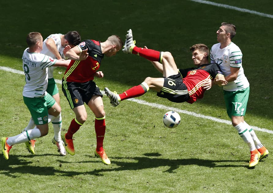 Ireland's Stephen Ward, right, and Belgium's Thomas Meunier, 2nd right, challenge for the ball