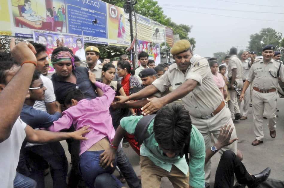 Police arrest activists of Janadikar Chhatra Parishad in Patna