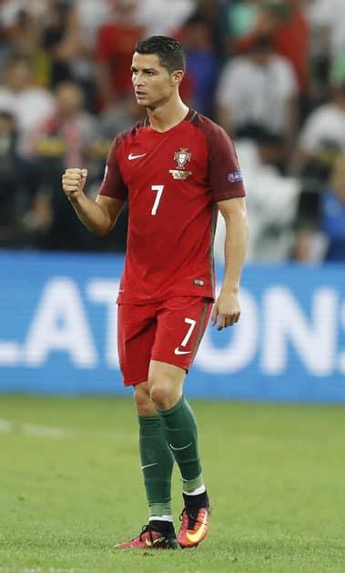 Cristiano Ronaldo leaves the pitch