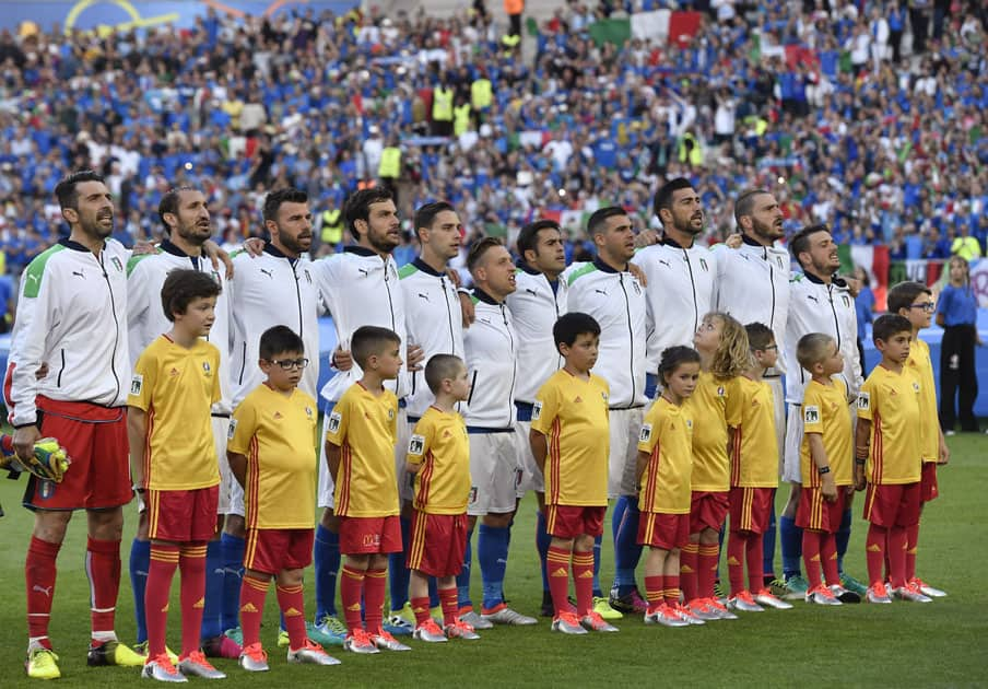 The players of Italy sing the national anthem