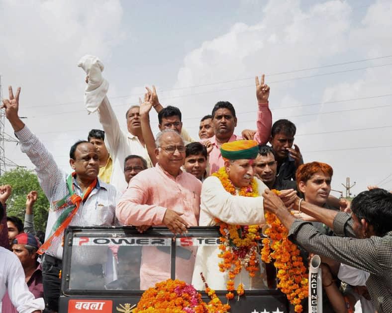 Arjunram Meghwal is welcomed by BJP workers