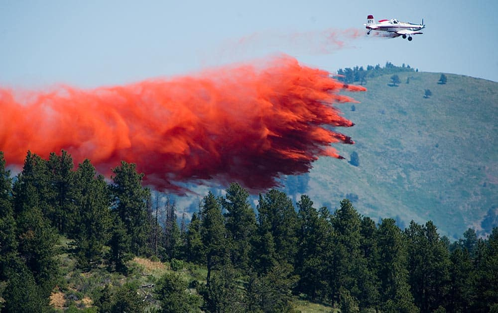 A plane spreads flame retardant