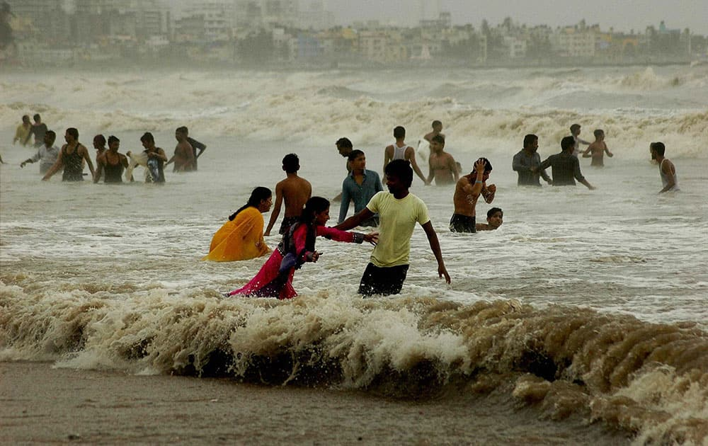 People enjoying at Juhu Chowpati