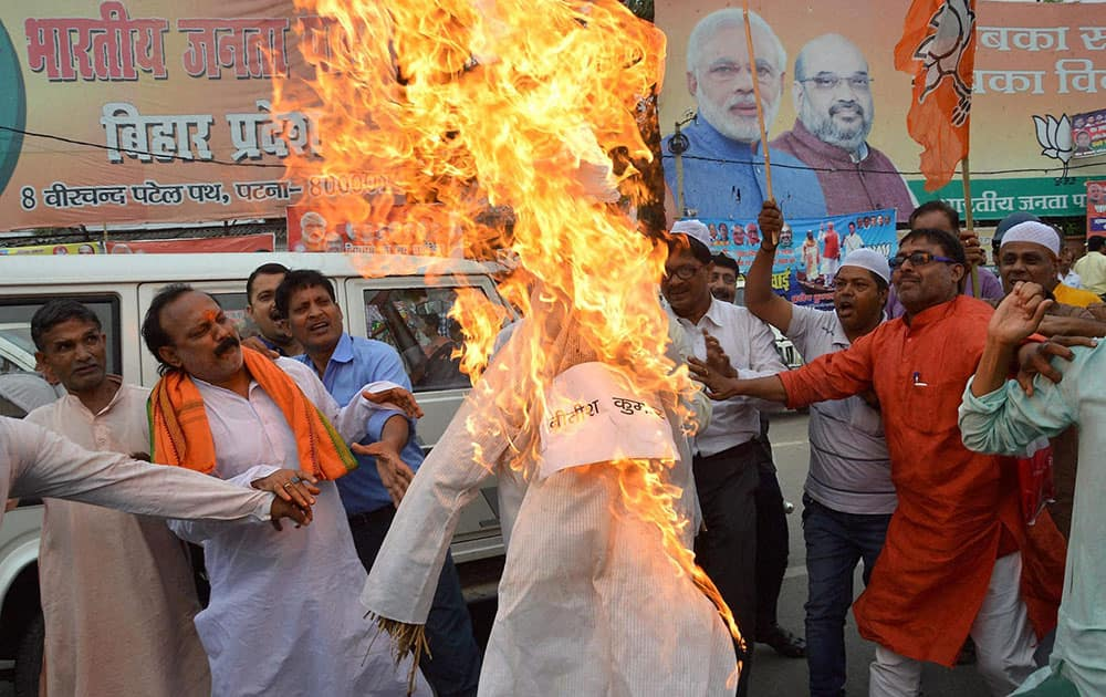 BJP activists burn the effigy of Chief Minister Nitish Kumar and Pakistans Prime Minister Nawaz Sharif