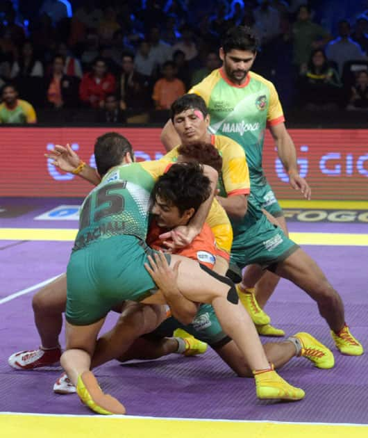 Players of Patna Pirates and Puneri Paltan in action