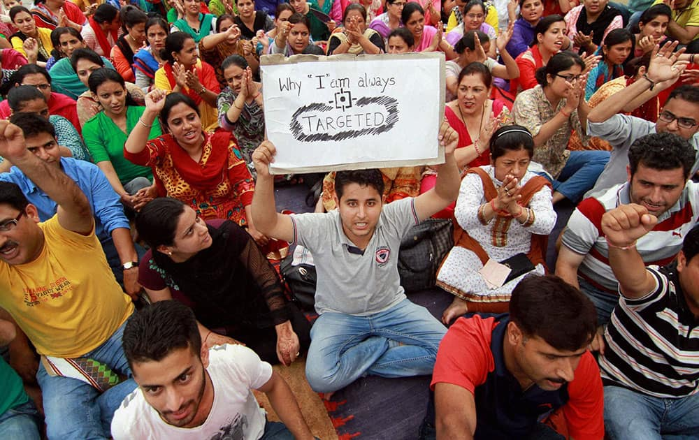 Kashmiri Pandits under the banner of All Migrant Employees Association