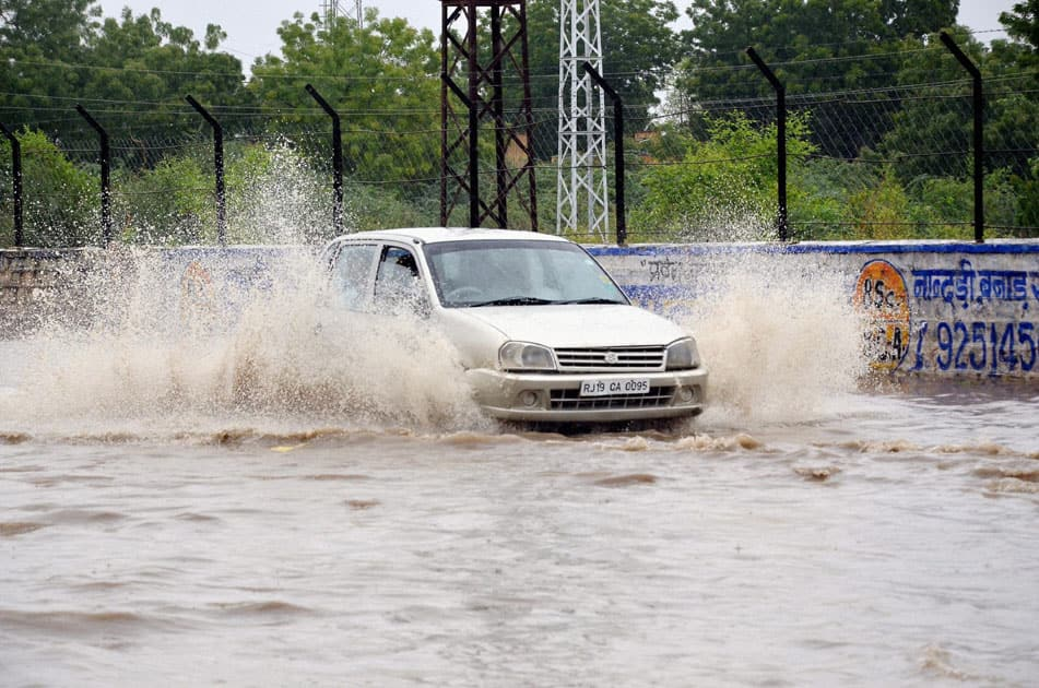 Heavy rain floods roads in Jodhpur