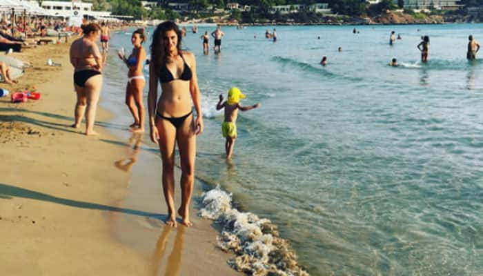 Want to make your vacation in Greece sexy? Take a cue from Nargis Fakhri