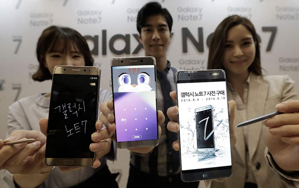 Models pose with the Samsung Electronics Co's Galaxy Note 7 smartphones during its launch