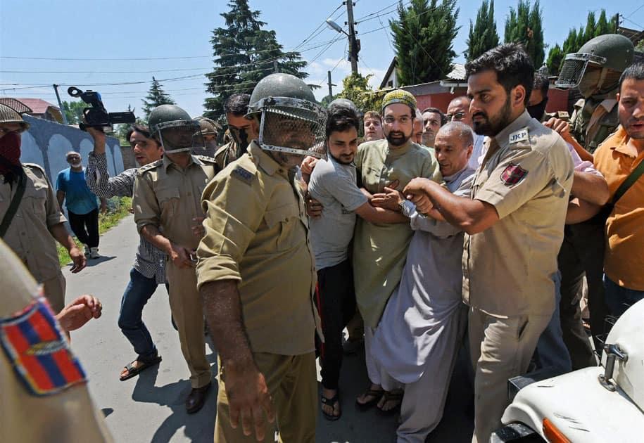 Police detain Mirwaiz Molvi Umar Farooq