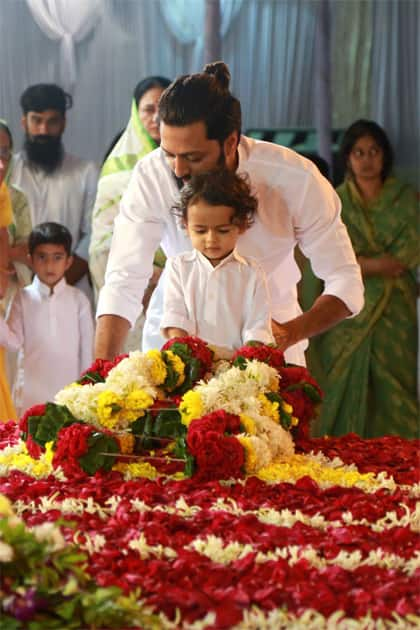 Riaan pays his respects to his Grandfather- Riteish Deshmukh