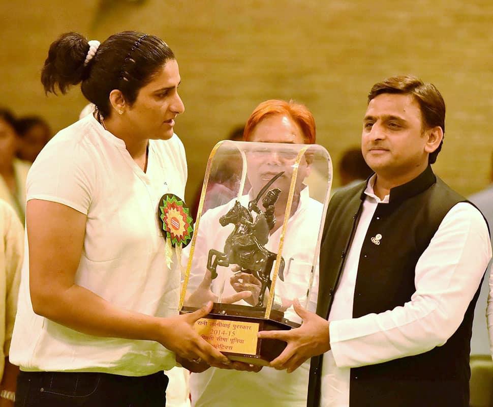 UP CM Akhilesh Yadav honouring Seema Puniya with Rani Laxmi Bai Award