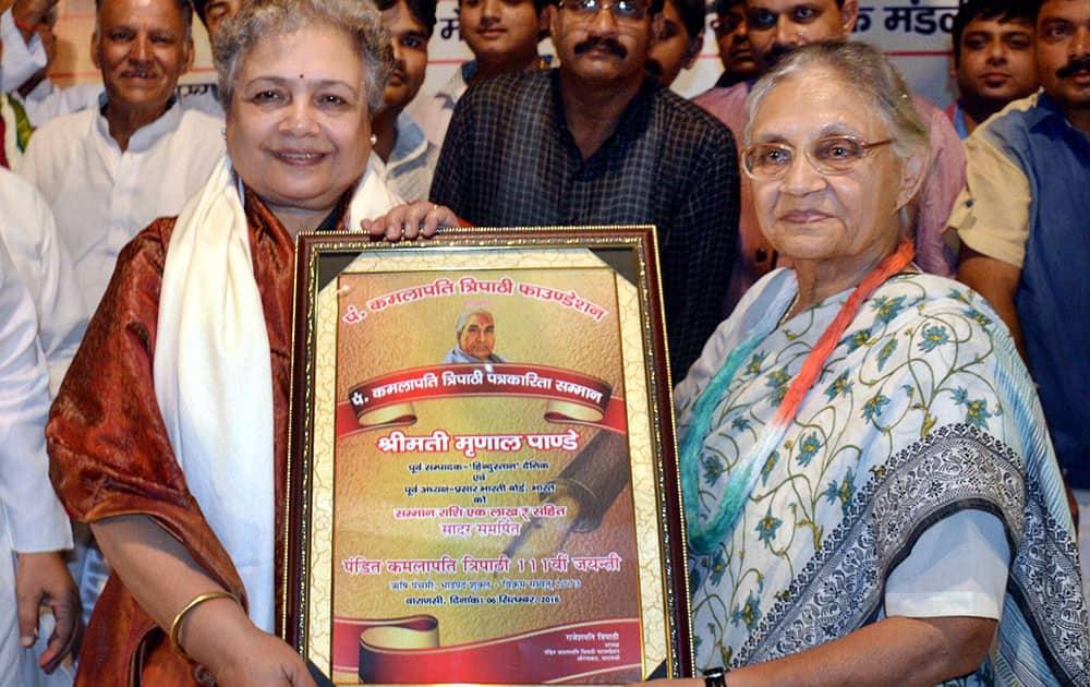 Congress partys UP CM candidate Sheila Dikshit presents Pt. Kamlapati Tripathi Patrakarita Samman to noted journalist Mrinal Pande