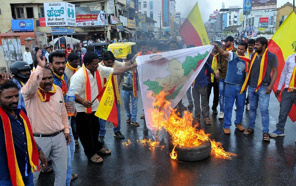 Activists from Karnataka burn the effigy of Tamil Nadu Chief Minister, J Jayalalitha after Supreme Court ordered to release Cauvery water at Chikmagalur